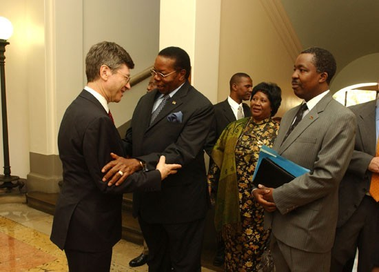 Columbia professor and Director of the Earth Institute, Jeffrey D. Sachs, greets President Mutharika