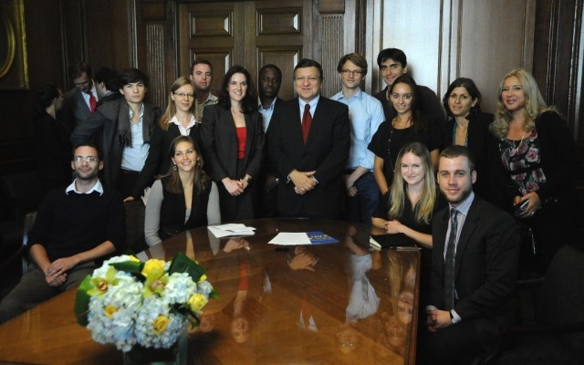 President Barroso poses with Columbia University students.
